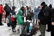 Čím výše účastníci stoupali, tím bylo okolí krásnější, v lese bylo téměř 50 centimetrů sněhu.Na Pražáku na příchozí čekaly medaile, červené razítko, pečení buřtíků a teplé alkoholické i nealkoholické nápoje.
