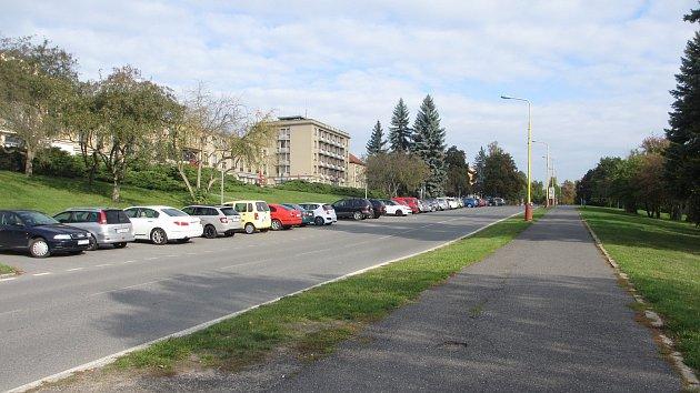 Město Příbram chce vroce 2019vybudovat dalších 75parkovacích míst včásti ulice Legionářů pod kulturním domem.