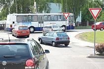 Křižovatka u výjezdu z parkoviště u Kauflandu, kde řidiči tráví často dlouhé chvíle.