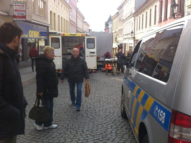 Poblíž průchodu do Jiráskových sadů zPražské ulice vPříbrami srazila ve středu odpoledne dodávka chodce.