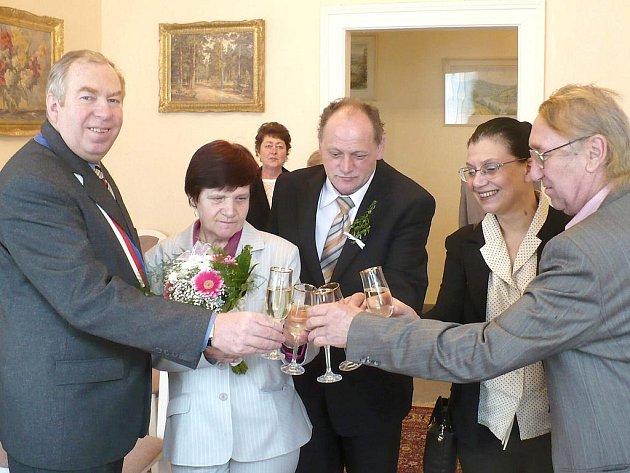 Svatba v Kosově Hoře, zleva – Jiří Janů, Eva Bočková, Jaroslav Jiránek a svědci svatebčanů.