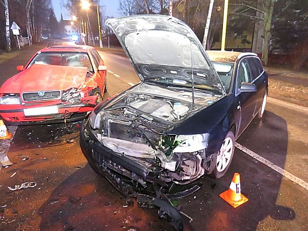 NEHODA z 29.12.2016 - v Příbrami - smyk na zledovatělé vozovce, škoda 230 tisíc, dvě lehká zranění.