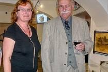 PŘIPOMENUTÍ českoslovanské výstavy je v rámci republiky ojedinělým počinem. Při zahájení putovní výstavy nechyběla ani Věra Smolová, ředitelka Státního okresního archivu Příbram. Na snímku je s ředitelem Hornického muzea Příbram Josefem Velflem.