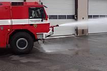 Ze slavnostního předání zmodernizované cisternové automobilové stříkačky hasičům v Dobříši.