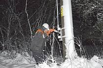 Pracovníci společnosti ČEZ při opravách na elektrické síti na Příbramsku.
