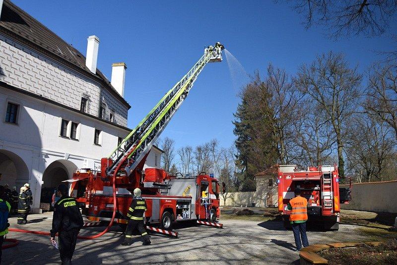 Hasiči procvičovali likvidaci požáru na březnickém zámku.