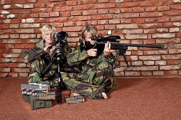 Sestry Bohdana (na snímku vlevo) a Magdalena s výbavou pro odstřelovače – s puškou CZ 750 S1 M1 ráže 308 Win. a puškohledem Meopta ZD 6-24x56 a pozorovacím dalekohledem Meopta S2 82 HD.