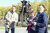 Po stopách politických vězňů. Památník Vojna u Lešetic. Vpravo organizátor procházky Josef Hovorka z Brodu, vlevo Jaromír Masner z příbramského Klubu českých turistů.
