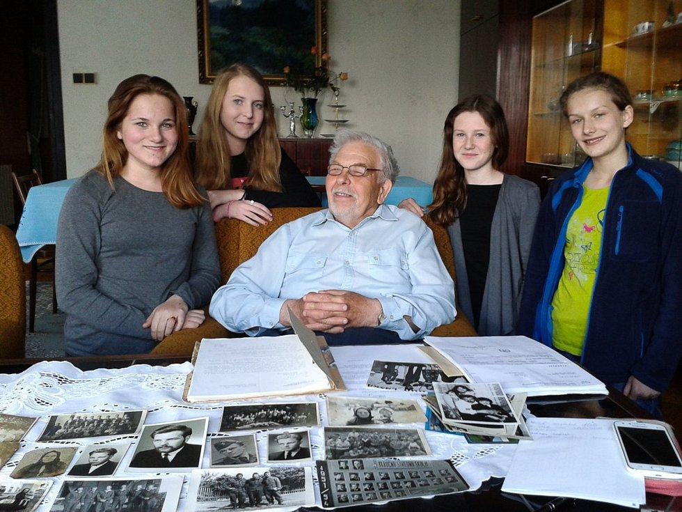 Příběhy našich sousedů: tým žáků u Juraje Krupy v Pardubicích v roce 2016.