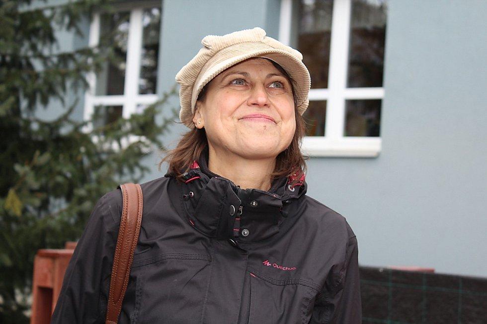 Děti dětem. Budoucí truhláři příbramské waldorfské školy vyrobili stříšku pro zvonici, která bude chránit zvon v zahradě mateřinky v ulici Bratří Čapků v Příbrami. Učitelka Iva Šípová.