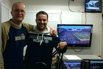 Radek Hovorka (vlevo) a Václav Bubník v televizním studiu, odkud komentovali celou sezonu NFL.