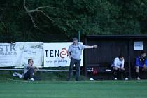 Trenér Marek Zárybnický (uprostřed) musel uklidňovat hráče v závěrečných minutách.