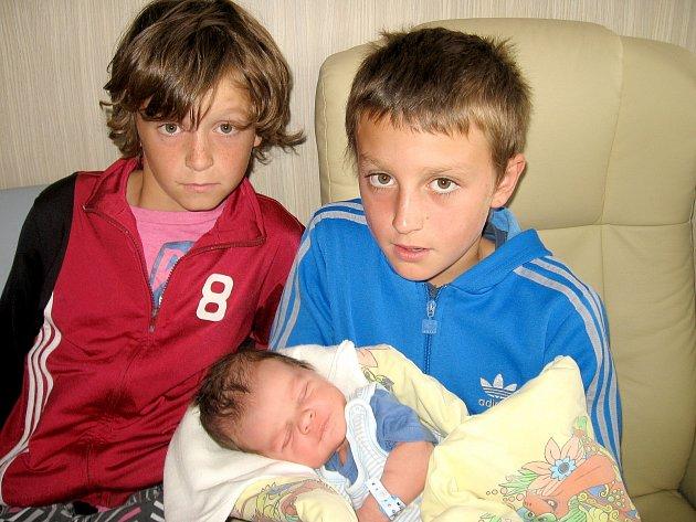 Mario Nikl se mamince Petře a tatínkovi Markovi z Holšin narodil v úterý 10. září, vážil 3,88 kg a měřil 54 cm. Oporu bude mít ve starších bratrech – jedenáctiletém Matoušovi, devítiletém Šimonovi (na snímku) a šestiletém Vincentovi.