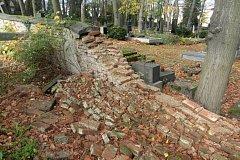Hřbitovní zeď se zřítila 13. září, město navrhuje na její opravu církvi finanční dar.