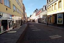 Pražská ulice v centru Příbrami je jindy plná lidí, v době nouzového stavu zeje prázdnotou.