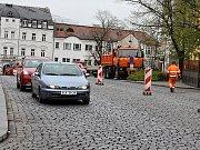 Oprava povrchu dlážděné silnice v Hailově ulici v Příbrami.