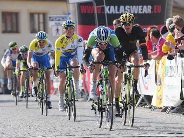 Jan Stöhr spurtuje do cíle úvodního závodu Českého poháru v silniční cyklistice.