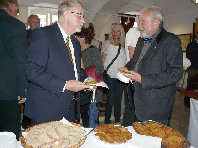 TELECÍ řízečky, které se podávaly na vernisáži, byly dobrou připomínkou Radeckého, který recept na ně přivezl do Čech.
