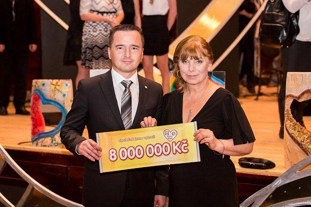 Michal Farník předává Marii Křepelkové šek na 8 milionu korun.
