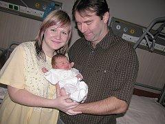 Malá Ella Neužilová s maminkou Barborou a tatínkem Petrem z Dolních Hbit.