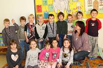 Prvňáčci ze Základní školy Petrovice u Sedlčan s třídní učitelkou Svatavou Kutilovou.