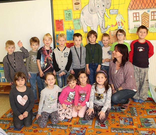 Prvňáčci ze Základní školy Petrovice uSedlčan střídní učitelkou Svatavou Kutilovou.