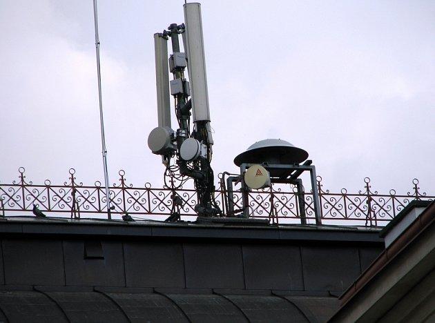 Na budově Městského úřadu v Příbrami je umístěna jedna ze tří sirén ve městě. Stejně jako ostatní i tato je vybavena přijímačem dálkového ovládání, které je umístěno v kladenské centrále.