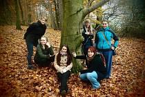 PRACOVNICE příbramského nízkoprahového zařízení pro děti a mládež Bedna zleva nahoře Bohumila Anlaufová, Pavlína Gürtlerová a Dana Pastuchová, zleva dole je Eliška Bendová, Magdaléna Kočová a Kamila Zelená.