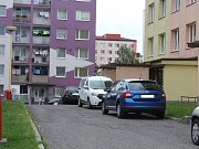 Špatně zaparkovaná auta komplikují průjezd hasičům.