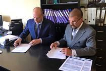 Místostarosta Martin Buršík (vlevo) při podpisu smlouvy o prodeji městského majetku v Příbramské teplárenské.