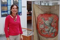 Archivářka Kateřina Jobeková Habrová s jedním ze sokolských praporů.