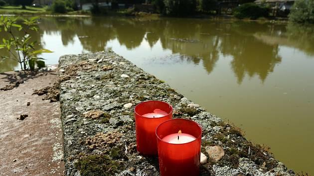 Pietní místo u rybníka Václav ve Lhotě u Příbramě, kde zemřeli v pondělí 20. července 2020 tři lidé.