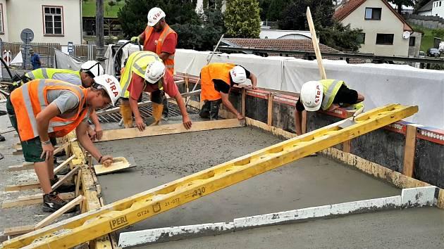 Stavba nového mostu v Počaplech na Příbramsku.