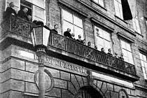 Představitelé Národního výboru v Příbrami při slavnostním vyhlášení samostatné Československé republiky z balkonu báňského ředitelství dne 29. října 1918.