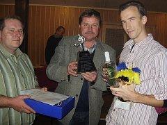 Ondřej Bejček (vpravo) převzal ceny od starosty Milína Pavla Nekla a člena výboru TJ Ligmet Pavla Kloudy.