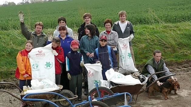 Dobrovolníci vyčistili pět kilometrů cesty