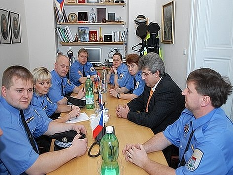 Starosta Příbrami Josef Řihák konzultuje nový systém služeb s městskými strážníky.