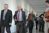Jednací síň středočeského krajského soudu zaplnila početná skupina obžalovaných a jejich advokátů.