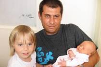 V náručí tatínka Hynka z Příbrami a vedle tříapůlleté sestřičky Klárky klidně spinká Agátka Bartošová, která se mamince Lence narodila v neděli 17. května a v ten den vážila 2,90 kg a měřila 48 cm.