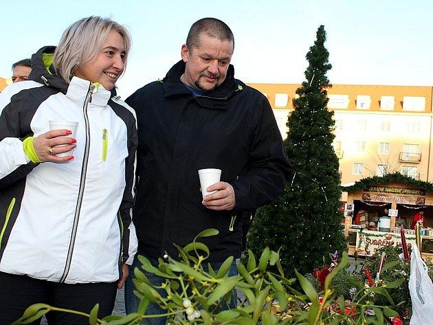 Atmosféra na náměstí 17. listopadu v Příbrami o druhé adventní neděli odpoledne.