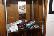 V prostorách výstavy se u nich mohou návštěvníci zastavit a třeba si přečíst, jaký nejvyšší počet vajíček měl Micky Mouse ve svém košíku, zjistit, co se v 80. letech poslouchalo na walkmanu, nebo jak také může vypadat originální studentské tablo.