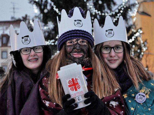 Tři králové na velbloudech vdoprovodu skupin koledníků přijeli vpátek do okresního města.