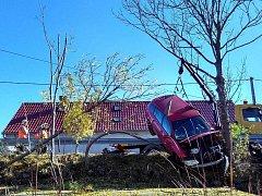 Hasiči museli zajistit automobil zajistit lany.