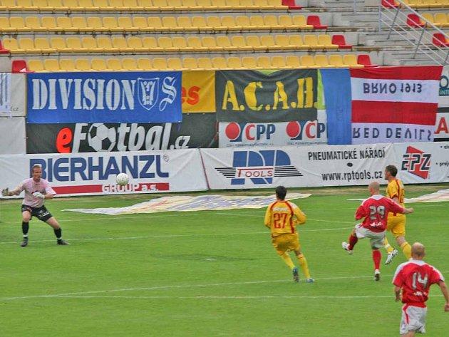 Poslední gól, který hrstka diváků viděla v první lize, bohužel zapadl za záda příbramského brankáře Pařízka.