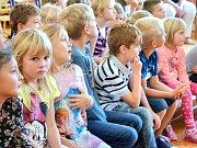 Velvyslanec USA Andrew Schapiro navštívil v Tochovicích také místní základní školu. S dětmi hovořil o hrdinství a odvaze.