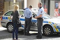Pražskou ulici předělily policejní pásky.