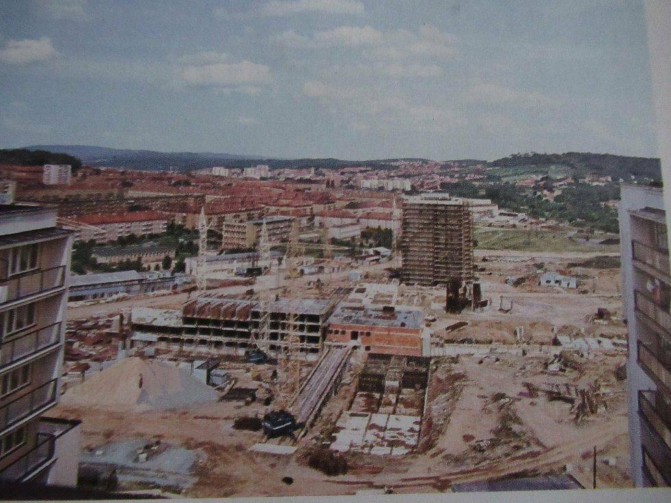 Rekonstrukce pěší zóny Cíl, známější jako Křižáky, se podle obyvatel Příbrami příliš nepovedla. Takhle vypadala výstavba v 70. letech 20. století.