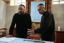 Veřejné čtení jmen obětí holocaustu v synagoze v Kosově Hoře.