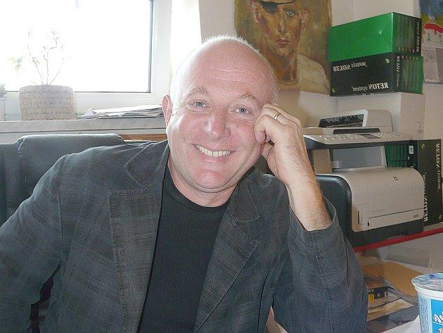 Jaroslav Nádvorník, ředitel sedlčanské základní školy Propojení, si dal sám sobě na prázdniny domácí úkol. Chce dokončit svoji připravovanou knihu.
