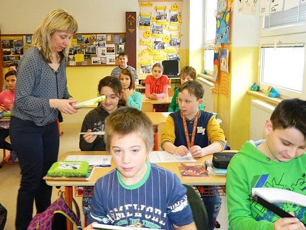 Děti a senioři v Rožmitále dostali od radnice reflexní pásky.